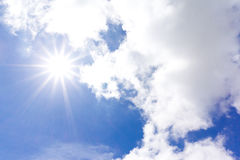 Heldere zon en wolken Stock Foto