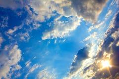 Heldere zon en wolken Royalty-vrije Stock Fotografie