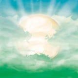 Heldere zon en zonlicht in groene bewolkte hemel Stock Foto's