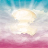 Heldere zon en zonlicht in roze bewolkte hemel Stock Foto's