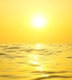 Heldere zon over het overzees Stock Afbeeldingen