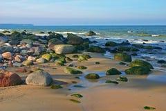 Heldere zonnige dag, het overzees, de zon, zand, een strand. Stock Foto's