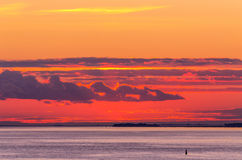 Heldere zonsondergang met wolken Stock Foto's