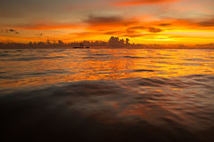 Heldere zonsopgang in vroege ochtend met zandstrand Royalty-vrije Stock Foto's