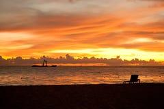 Heldere zonsopgang in vroege ochtend met zandstrand Royalty-vrije Stock Foto