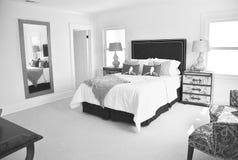 Heldere Zwart-witte slaapkamer Stock Fotos
