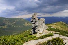 Heldergroene bergen in de zomer stock afbeeldingen