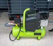 Heldergroene draagbare luchtcompressor en toebehoren royalty-vrije stock foto's