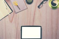 Heldtitel Konzept Tablet und Büroartikel des leeren Bildschirms Lizenzfreies Stockbild