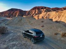 Helemaal het drijven van een terreinauto in de woestijn van West-Amerika stock fotografie