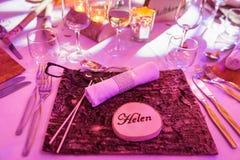 Helen Wedding Name Tag på trätabellgarnering arkivfoto