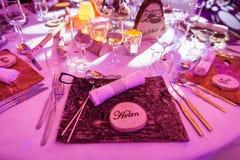 Helen Wedding Name Tag på trätabellgarnering royaltyfri foto