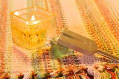 Helende stemvork en kristalsteen op lijst stock foto