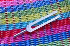 Helende stemvork en kristalsteen op lijst stock afbeelding