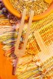Helende stemvork en kristalsteen op lijst royalty-vrije stock afbeeldingen