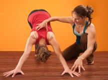 Helfen beim Yoga stockfotografie
