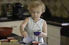 Helfen in der Küche Stockfotos