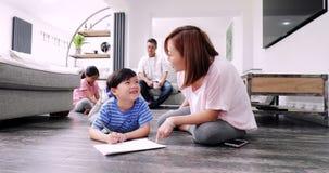 Helfen der Kinder mit ihrer Hausarbeit stock video