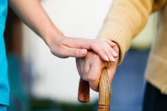 Helfen der älteren Personen Stockbild