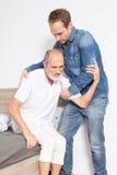 Helfen eines älteren Seniors Stockfotos