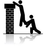 Helfen, jemand über einer Wand anzuheben Lizenzfreies Stockbild