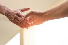 Helfen Sie den Konzept-Händen, die heraus erreichen, um zusammen zu helfen Lizenzfreies Stockfoto