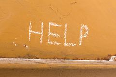 Helfen Sie Handschrift mit Kreide auf orange Metallhintergrund Lizenzfreie Stockbilder
