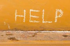 Helfen Sie Handschrift mit Kreide auf orange Metallhintergrund Stockfotografie