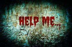 Helfen Sie mir blutig auf schmutziger Backsteinmauer mit Weinlese- und Vignettentonne lizenzfreie stockfotografie