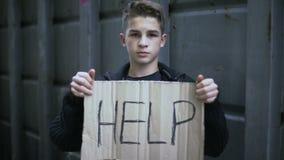 Helfen Sie, obdachlose Waisenhände, das Kind herein zu unterzeichnen, das Hilfe, Bedarfssozialunterstützung bittet stock footage