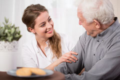 Helfende ältere Menschen lizenzfreie stockbilder