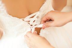 Helfende Braut der Brautjungfer Lizenzfreies Stockfoto