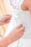 Helfende Braut der Brautjungfer Stockbild
