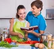 Helfende Frau des jungen Ehemanns Lizenzfreie Stockfotos