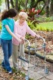 Helfende Großmutter Lizenzfreie Stockbilder