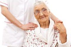 Helfende Hand des jungen Doktors für die älteren Lizenzfreie Stockfotografie