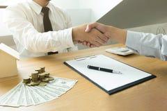 Helfende Hand Geschäftsleute, welche die Hände, eine Sitzung oben beendend, Erfolgsvereinbarungsverhandlung rütteln Die goldene T lizenzfreies stockfoto