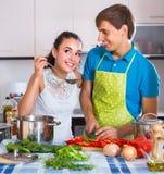 Helfende Hausfrau des Ehemanns, zum der Waschmaschine zuhause zu benutzen Lizenzfreie Stockfotos