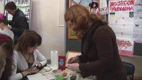 Helfende Kinder der Frau zeichnen bei Tisch festival kreation handmade Kreatives Studio stock video