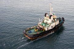 Helfende Lieferungen des Schlepperbootes im Hafen stockbilder