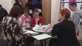 Helfende Mädchen der Frau, die durch Häkelarbeit stricken festival kreation handmade Kinder liebhaberei stock video