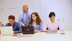 Helfende Studenten des Lehrers mit Computern stock video