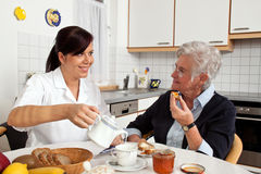 Helfender Älterer der Krankenschwester an Lizenzfreie Stockfotografie