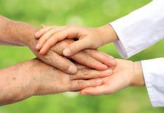Helfender Älterer des Doktors in der Natur lizenzfreies stockfoto