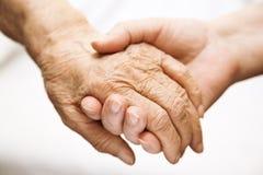 Helfender Älterer des Erwachsenen im Krankenhaus Stockfotos