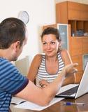 Helfender Kunde des Versicherungsagenten, zum des Produktes zu wählen Lizenzfreie Stockfotografie