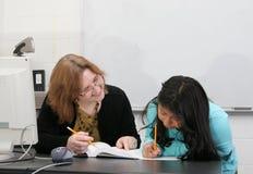 Helfender Kursteilnehmer des Lehrers Lizenzfreie Stockbilder