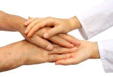 Helfender Älterer der Krankenschwester Stockfotos
