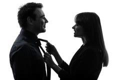 Helfender Mann der Paarfrau, der Schattenbild bindet Stockbilder
