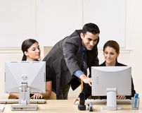 Helfender Mitarbeiter des Geschäftsmannes mit Arbeit Stockbild